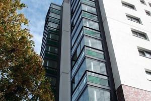 Die Klinker-Fassade des Bestandes wurde mit einem Wärmedämmverbundsystem überzogen und die Balkone rundum erneuert und verglast<br />