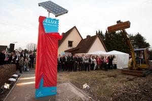 Infostele informiert über Ziele und Inhalte des Projekts Velux LichtAktiv Haus, einer Modell-Modernisierung in Hamburg-Wilhelmsburg auf der Suche nach dem Bauen und Wohnen der Zukunft<br />