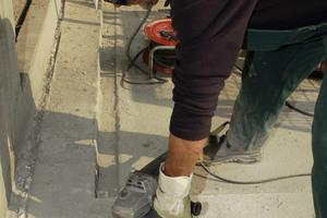 Um PMMA-Abdichtungssysteme aufzubringen, schleifen Fachverarbeiter den Beton zunächst an