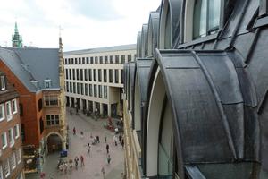 Die Kaltformbarkeit von Walzblei erlaubt fließende Übergänge zwischen Gauben und Dachflächen – wie hier in Münster
