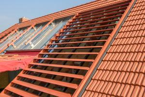 Die farblich abgestimmten Verschattungslamellen der großflächig verglasten Dachsegmente können automatisch gesteuert werden