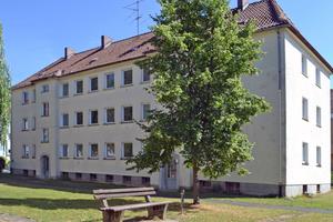 Eines der Mehrfamilienhäuser vor der Modernisierung