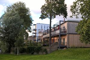 """Der aktuelle Eingangsbereich der Alten Brauerei mit den Gebäuden 1a und 1b sowie dem weißen Mehrfamilienhaus """"Sudhaus"""" dahinter (im Plan Nr. 4/5)"""