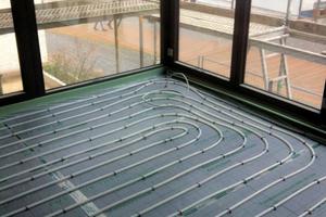Um an allen Tagen optimalen Wärmekomfort zu gewährleisten, sind die Kunststoffheizrohre unmittelbar vor den bodentiefen Fenstern im reduzierten Abstand verlegt