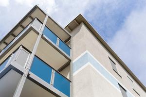 Die Balkone sind als selbstragende Konstruktion vor der Fassade aufgestellt, sodass der Zugang zum Balkon barrierefrei und kostengünstig ausgebildet werden konnte