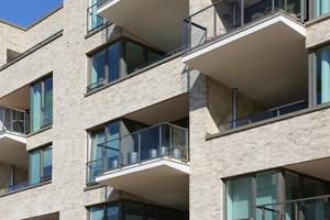 Abwechselnd geschützte Loggien und auskragende Balkone mit sicherer Abdichtung