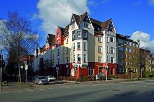 <br />Wiederentdeckt: Nach 30 Jahren tragen die 22 Wohnungen an der Hardenbergstraße in Kiel wieder ihr originäres Gesicht – mit einer gegliederten Fassaden, Klinker im Erdgeschoss und Putzflächen für die Obergeschosse