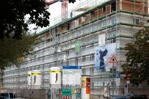 Gehsteigseitig gelegene Fassadenflächen werden im Rahmen der Sanierungsarbeiten mit einer schlanken Vakuum-Dämmung versehen<br />