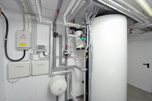 Ein 300-l-Schichtenspeicher vermeidet häufiges Taktverhalten und unterstützt die Wärmepumpe bei der konstanten Wärmebereitstellung
