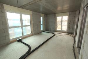 Die Flex-Kanäle für die Wohnraumlüftung werden direkt auf dem Rohfußboden verlegt, die Frischluftauslässe befinden sich im Bodenaufbau