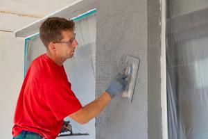 Der eingesetzte Scheiben- und Rillenputz sorgt für ein attraktives Finish der Fassadenflächen