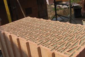Das ausgefeilte Lochbild und die Füllung aus natürlichem Mineralgranulat sorgen für die für einen Mauerstein extrem geringe Wärmeleitfähigkeit<br />
