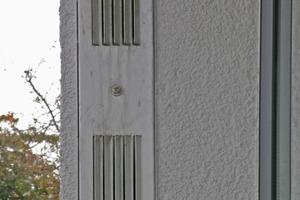 In der Fassadenaufsicht sind die Lüftungsöffnungen nicht zu erkennen. Erst ein Blick in die Fens-terleibung offenbart die Lüftungsanlage<br />