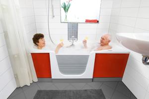 So macht Baden wieder Spaß: Die Kombination aus Dusche und Wanne mit bodennahem Einstieg lässt sich auf Knopfdruck bequem verschließen