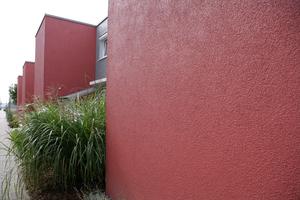 Wie bei dieser Reihenhaussiedlung in Stuttgart lassen sich mit modernen Beschichtungen auch sehr dunkle Putzfassaden realisieren