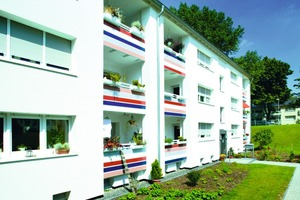 Einige Fassaden sind reinweiß beschichtet, was die dezente Farbigkeit anderer Elemente stärker wirken lässt. Die Farbabstufungen liegen im sandfarbenen Natursteinbereich