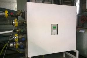 Die im Heizungskeller platzierte Frischwasserstation ist nach DVGW mit den Wasseranschlüssen und der Trinkwasserzirkulation im Gebäude verbunden. Spezielle druck- und temperaturbeständige (bis 80°C) Schläuche stellen die Verbindung mit dem Heizmobil her