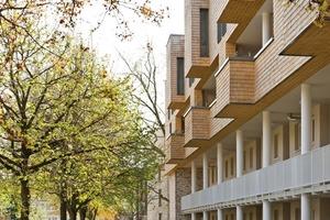 Durch ihre Gestaltung nimmt die Fassade Bezug auf die vorhandenen Bäume der umgebenden Grünflächen<br />