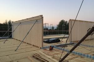 Die tragenden Innenwände in massiver Holzbauweise bestehen aus werkseitig vorproduzierten, 10 cm dicken BSP-Elementen