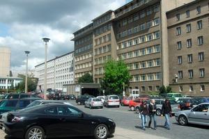 Rechts: Die Normannenstraße in Berlin. Mit den Geldern wurde ein zeitgemäßes Brandschutzkonzept umgesetzt und die Originalsubstanz der ehemaligen Stasi-Zentrale denkmalpflegerisch aufgearbeitet