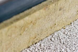 Vor dem Einbringen der Ausgleichsschüttung wird ein Randdämmstreifen angebracht. Dieser verhindert die Trittschallübertragung zwischen den feststehenden Bauteilen Boden und Wand