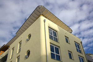 Das ausgefeilte Energiesparkonzept wurde von der Hochschule für angewandte Wissenschaften in München mitentwickelt und beinhaltet Beheizung und Stromversorgung aus erneuerbaren Energien
