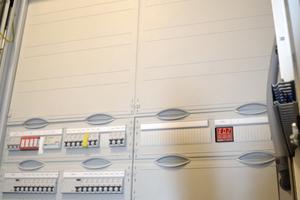 Der Sicherungskasten einer einzelnen Wohnung zeigt, wie viel Technik im Haus integriert wurde