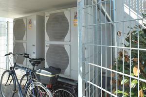 Die Aufstellung der beiden Luft-/Wasser-Wärmepumpen erfolgte platzsparend in einem Fahrradunterstand