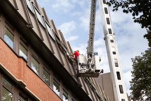 Die neuen Fenster wurden teilweise mit Hilfe einer Hubarbeitsbühne montiert