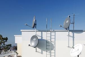 Auf dem Dach wurden vier Satellitenspiegel installiert und auf vier Orbitalpositionen ausgerichtet