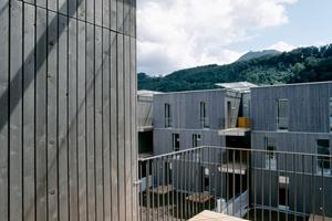 Im Gegensatz zu den meisten Passivhäusern, die eine weitgehend geschlossene Fassade im Norden und eine offene Fassade im Süden aufweisen, sind die Fassaden auf jeder Seite gleichartig gestaltet