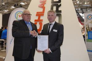 Thomas Schmitz (links), Geschäftsführer des Vereins natureplus, überreichte das Zertifikat