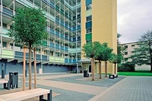 Einer der beiden Eingangsbereiche des Gebäudes. Auch die Außenanlage ist frei von Barrieren<br />