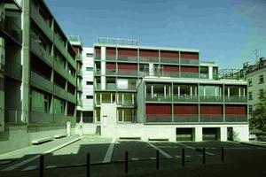Am Entree der Anlage ist ein öffentlicher Platz entstanden. Die beispielhafte Nachverdichtung wurde beim Architekturpreis Zukunft Wohnen 2007 prämiert