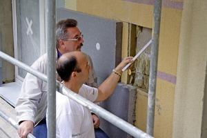 Im Zuge einer Aufdopplung wird das bestehende Wärmedämm-Verbundsystem zur Beurteilung der Standsicherheit an repräsentativen Stellen geöffnet