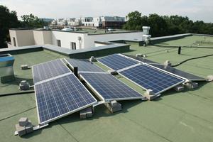 Jeder Aufzug wird durch eigene Solarpanels mit Energie versorgt. Die Photovoltaik findet auf dem Flachdach Platz