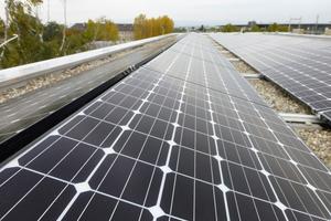 Die Photovoltaikanlage auf dem Dach in Ost-/Westausrichtung nutzt die zur Verfügung stehende Dachfläche optimal aus
