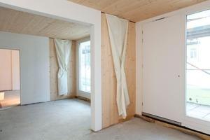 Die Fassade/bodentiefe Fenster sind Garant dafür, dass die 10 bis 12 m tiefen Wohneinheiten, die lagebedingt nur von einer Seite belichtet werden können, genug Licht erhalten<br />