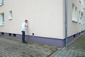 Das Ergebnis: Dort wo das Graffiti war, hat die Fassade nun wieder ihren ursprünglichen Farbton