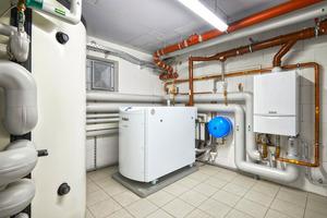 Bei der WBG ESG in Grevenbroich deckt das mini-BHKW ecoPOWER 4.7 den Energiebedarf von drei Mehrfamilienhäusern zu weiten Teilen allein ab. In der Mitte befindet sich die KWK-Anlage, links der Multi-Funktionsspeicher, rechts an der Wand das Gas-Brennwertgerät ecoTEC für Spitzenlasten