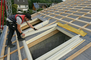 Die Einzelteile der Dämmzargen werden rund um die vorbereiteten Fensteröffnungen ausgelegt und verschraubt