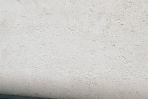 Kostengünstige Graffitibeseitigung: Die Fassade ist partiell saniert