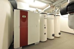 In jedem Haus stehen neben der Wärmepumpe ein Pufferspeicher mit 500 l Fassungsvermögen und zwei Warmwasserspeicher mit je 500 l zur Verfügung