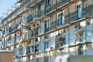 Beim Neubau der Kölner Siedlung am Buchheimer Weg ließ die GAG 15.000 m² Fassadenflächen mit Polystyrolplatten dämmen. Ergänzend wählte man einen dickschichtigen, mineralischen Putzaufbau