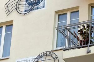 Die Abbildungen von historischen Briefmarken auf der Straßenseite erinnern an die ursprüngliche Funktion des Gebäudes