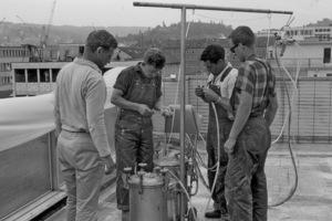 So fing es einmal an: Bei den ersten Flachdachabdichtungen mit glasfaserverstärktem Polyesterharz wurde auch die maschinelle Verarbeitung ausprobiert