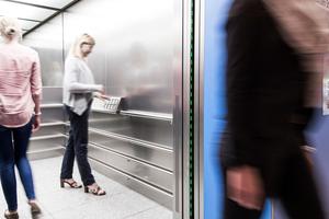 Aufzüge, die bei Grün zum Eintreten, bei Rot zum Warten auffordern