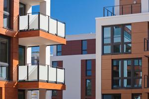 Die Fassade lebt von den verschiedenen Material- und Farbkontrasten weißer Putzflächen und Holzelementen