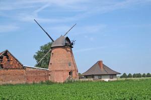 Damit die alte Mühle als Wohnraum dienen kann, wurde im Zuge der Gesamtsanierung ihre 100 m² große Haube abgedichtet