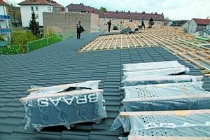 Auch große Dachflächen aus der Wohnungswirtschaft mit flacher Dachneigung können mit dem innovativen Dachsystem sicher eingedeckt werden
